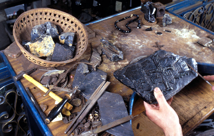Artesano trabajando el azabache (Imagen: Turismo Asturias)
